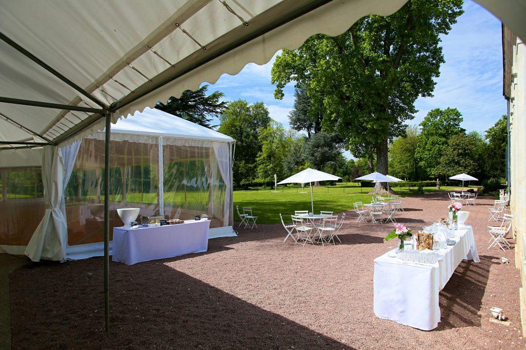 Vin d'honneur en extérieur dans le parc du château lors d'un mariage